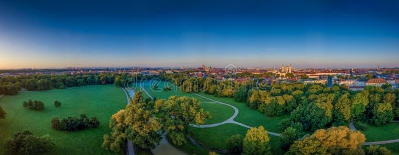 La bella vista da un fuco al Englischer Garten di Monaco di Baviera ad un primo mattino immagini stock