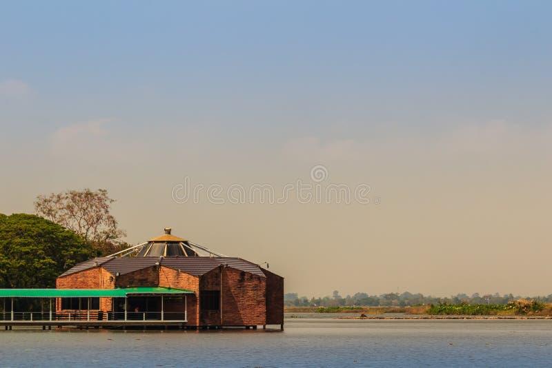 La bella vista del lago con il padiglione di legno a Bueng vede Fai, il parco pubblico con il lago al distretto di Muang, la prov immagini stock