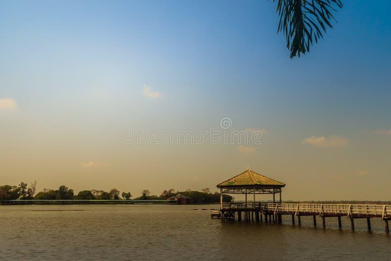 La bella vista del lago con il padiglione di legno a Bueng vede Fai, il parco pubblico con il lago al distretto di Muang, la prov fotografia stock libera da diritti