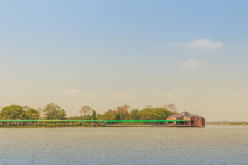 La bella vista del lago con il padiglione di legno a Bueng vede Fai, il parco pubblico con il lago al distretto di Muang, la prov immagine stock