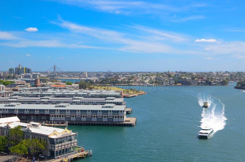 La bella vista della baia di Walsh con i traghetti nell'oceano, l'immagine era colpo di angolo alto contenuto fotografia stock libera da diritti
