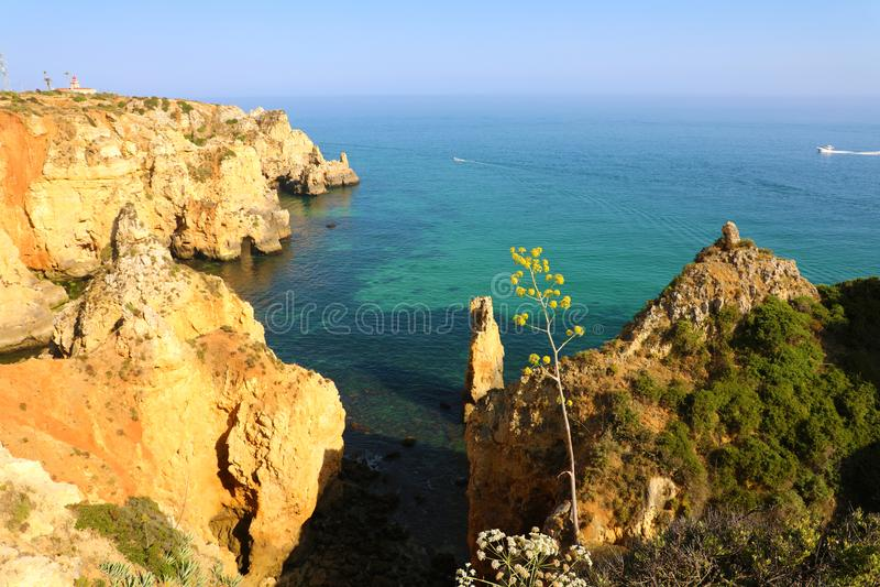 La bella vista delle scogliere rocciose costeggia da Ponta da Piedade vicino regione a Lagos, Algarve, Portogallo immagine stock