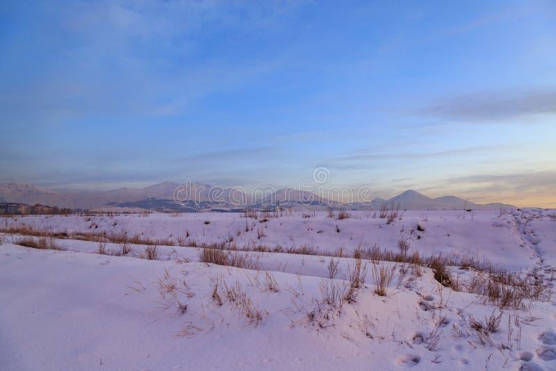 La bella vista di palandoken le montagne durante il tramonto rosa in Erzurum immagine stock