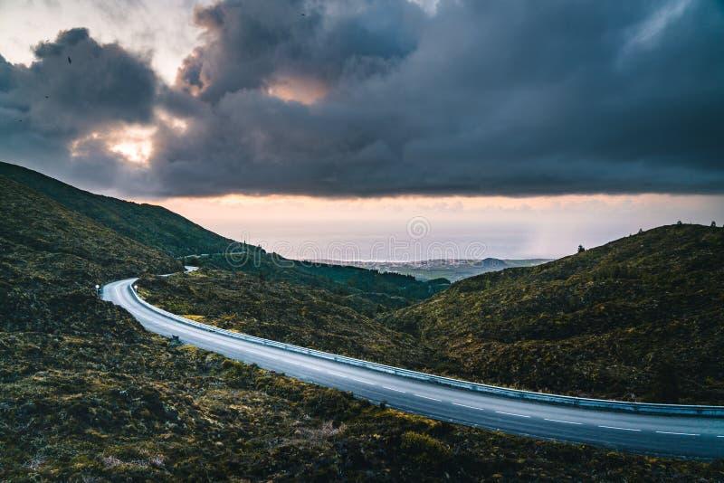 La bella vista panoramica di Lagoa fa Fogo, lago di fuoco, in sao Miguel Island, le Azzorre, Portogallo Giorno pieno di sole con  fotografia stock libera da diritti
