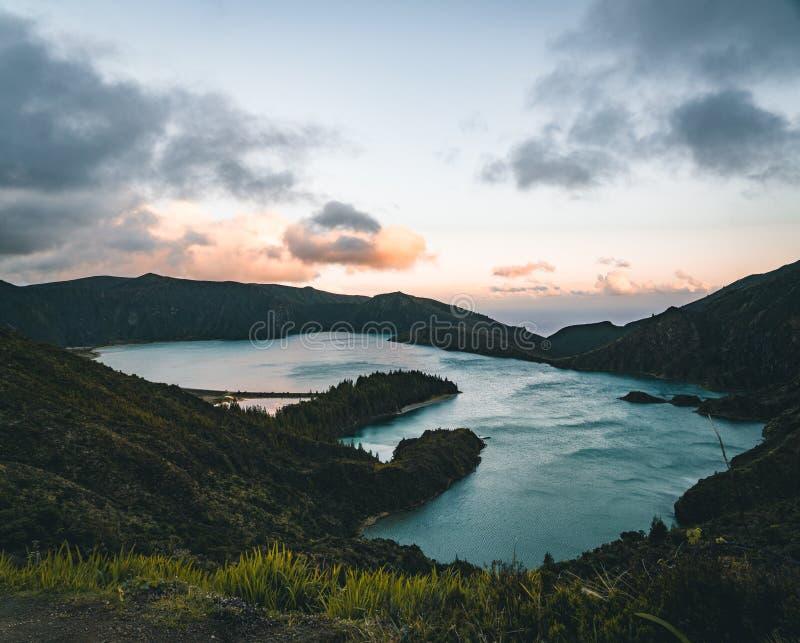 La bella vista panoramica di Lagoa fa Fogo, lago di fuoco, in sao Miguel Island, le Azzorre, Portogallo Giorno pieno di sole con  fotografie stock libere da diritti