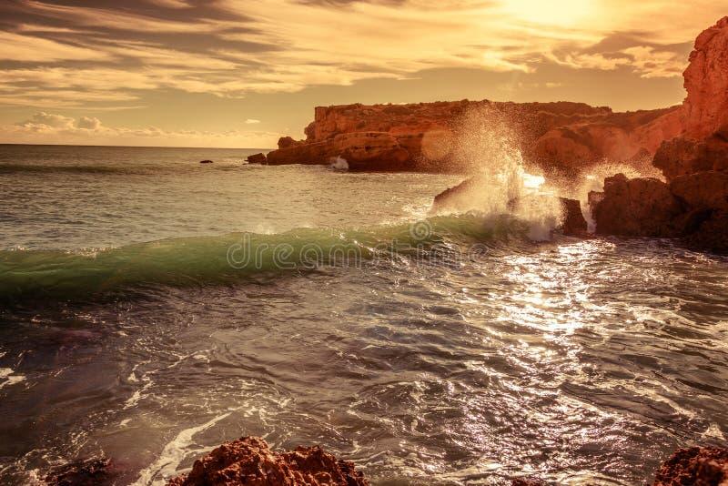 La bella vista sul mare, un'onda è rotta contro una costa rocciosa all'Unione Sovietica fotografia stock
