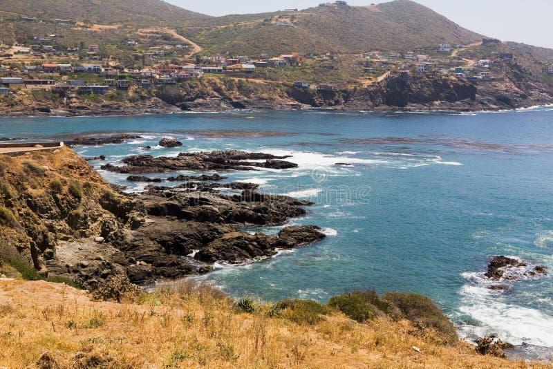 La belle acqua e rocce si avvicinano alla La Bufadora immagine stock libera da diritti