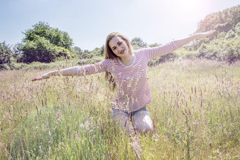 La belle adolescente romantique avec des bras s'est étirée comme le vol photographie stock