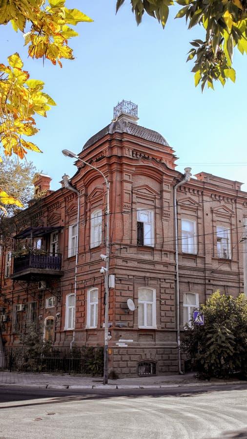 La belle, antique maison d'une brique rouge sur la rue de ville photo libre de droits