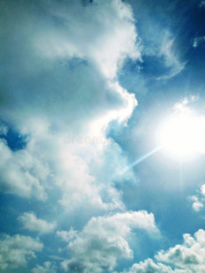 La belle atmosphère bluesky de nuages du soleil images stock