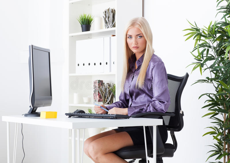 la belle blonde au bureau crit le stylo image stock image du document femelle 33554619