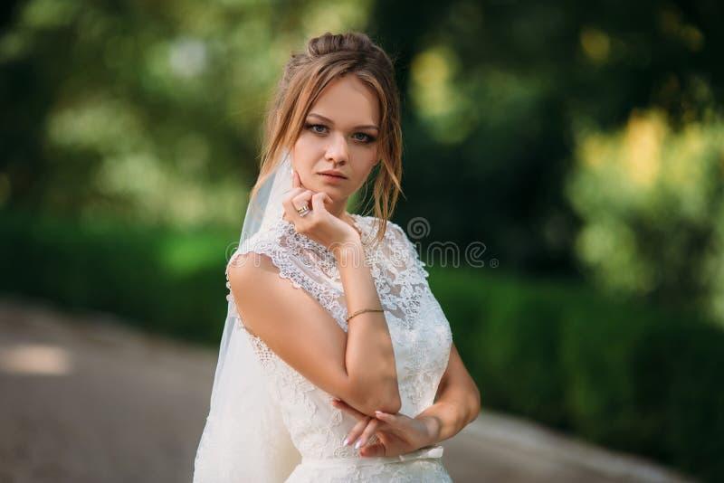 La belle blonde se marie  Portrait d'une jeune fille dans une robe de mariage de dentelle image libre de droits
