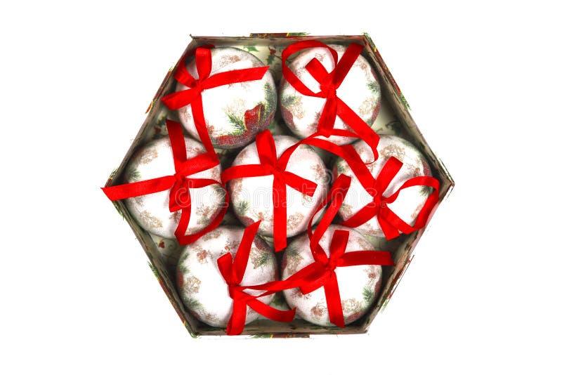 La belle boîte en bois a rempli de boules de décorations de Noël, d'isolement sur le fond blanc image libre de droits