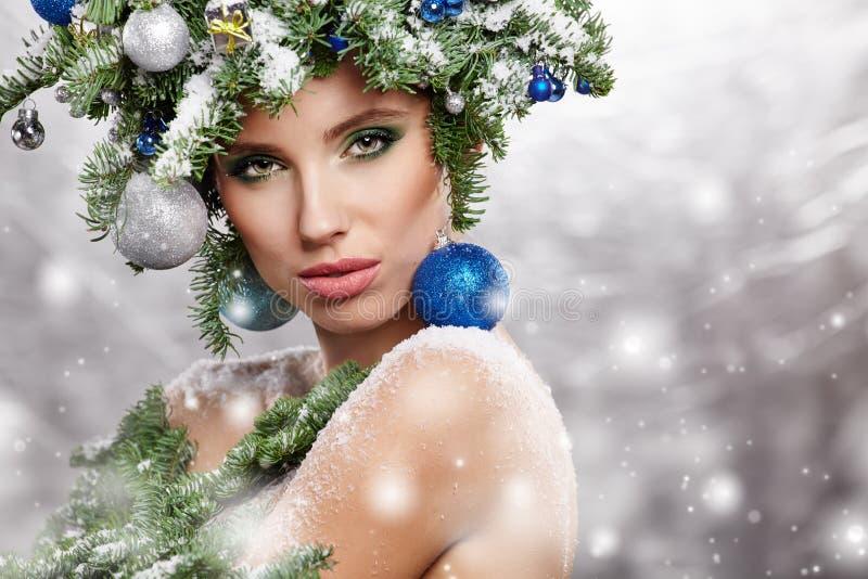La belle coiffure de vacances d'arbre de Noël et font images libres de droits