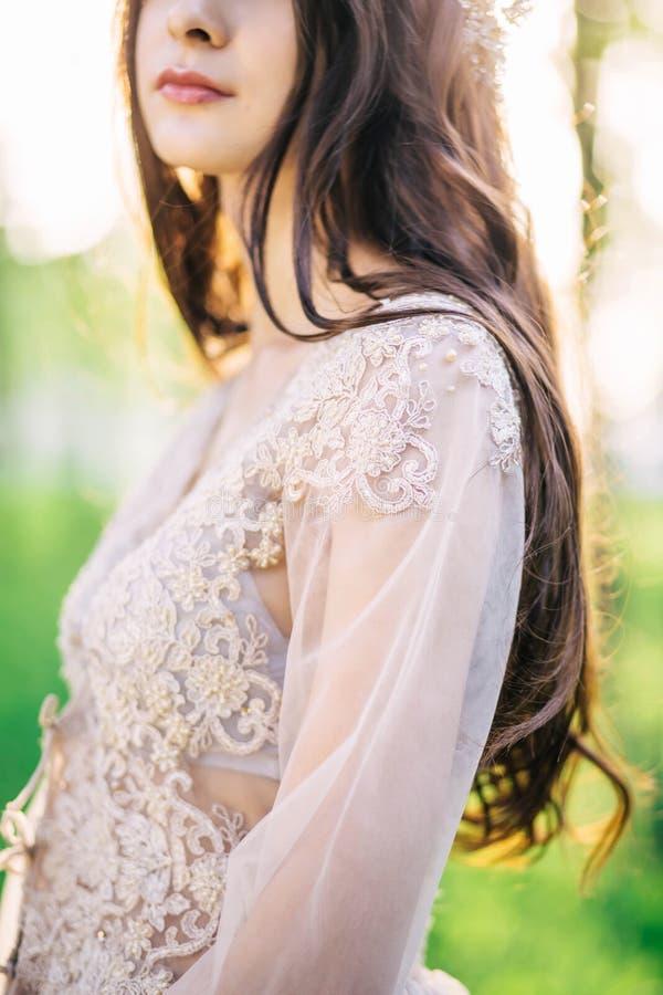 La belle couture faite main sensible de robe de mariage de dentelle modèle, avec une fille mignonne, le plan rapproché, épaules,  photographie stock