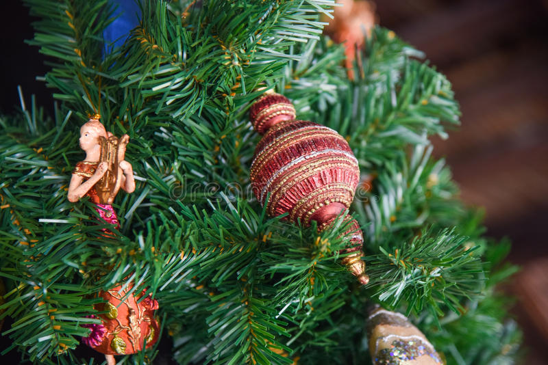 La belle décoration joue sur l'arbre de Noël artificiel photo stock