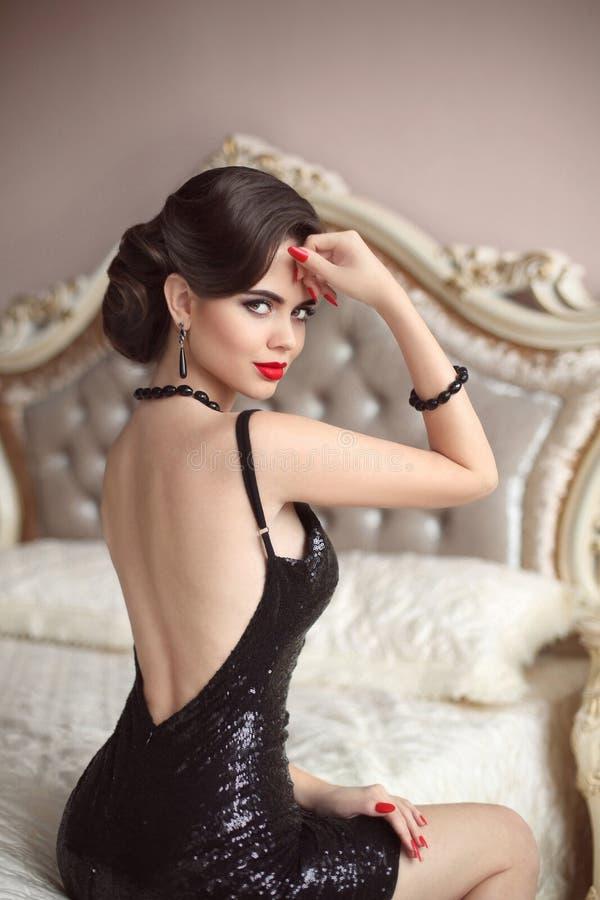 La belle dame élégante renversante dans les paillettes noires de scintillement habillent s photo libre de droits