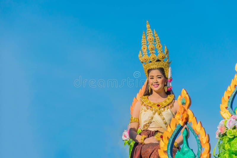 La belle dame avec le ciel bleu Le festival de fusée de la communauté le 19 mai 2018, à la province de Kalasin, la Thaïlande images stock