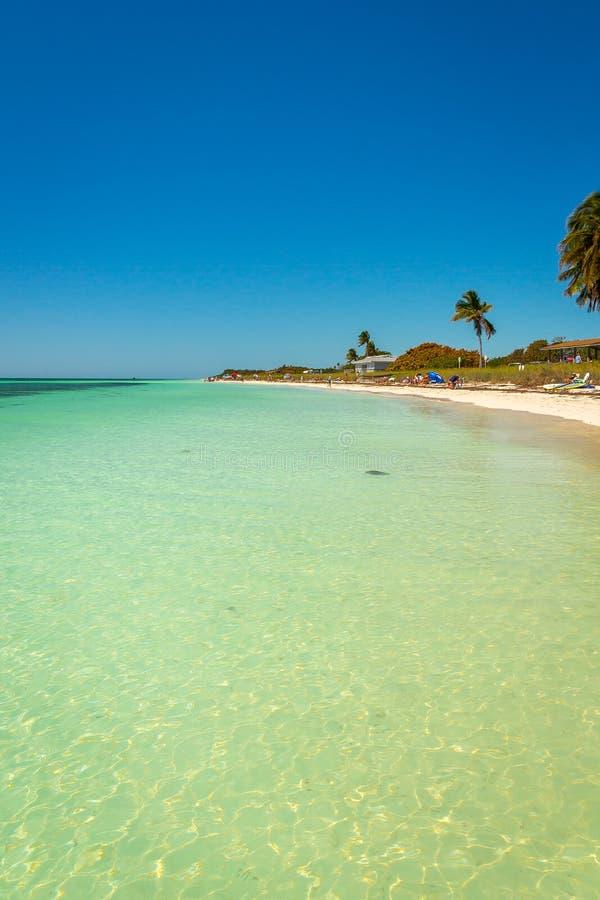 La belle eau chaude à la plage en Bahia Honda images libres de droits