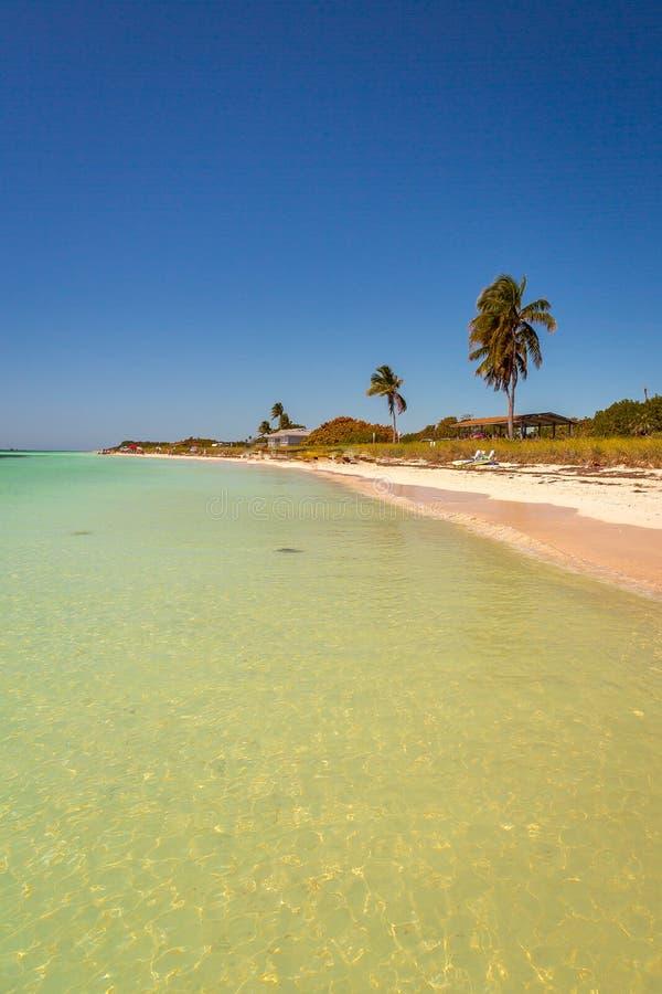 La belle eau chaude à la plage en Bahia Honda photo stock