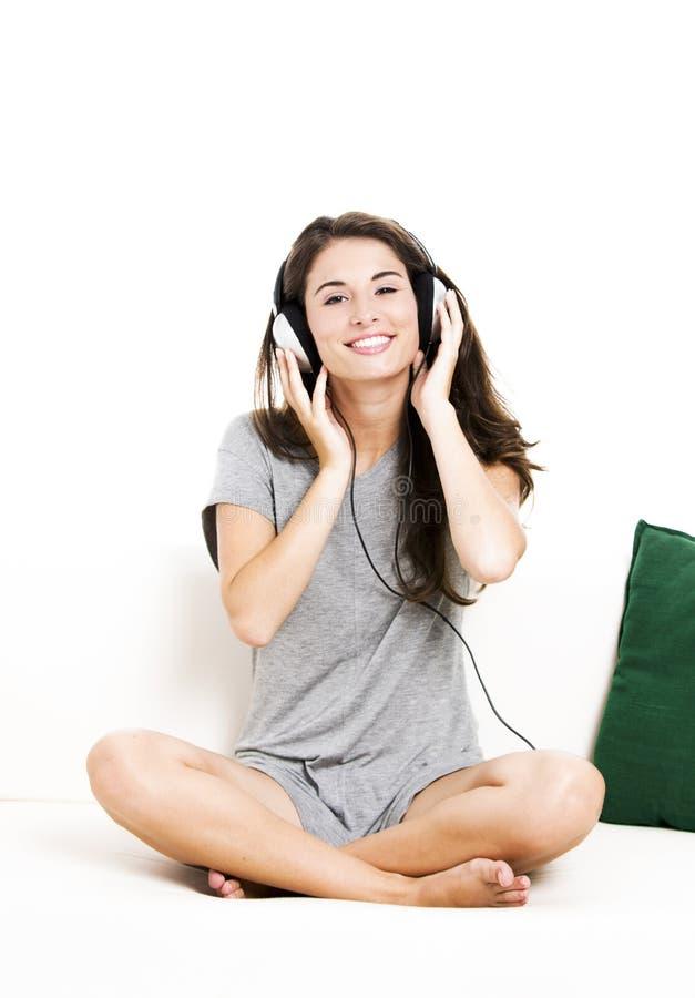 La belle femme écoutent musique photos stock