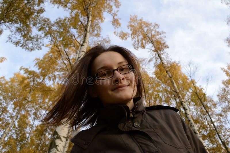 La belle femme apprécient l'automne coulant ses poils La femme est walki photos stock