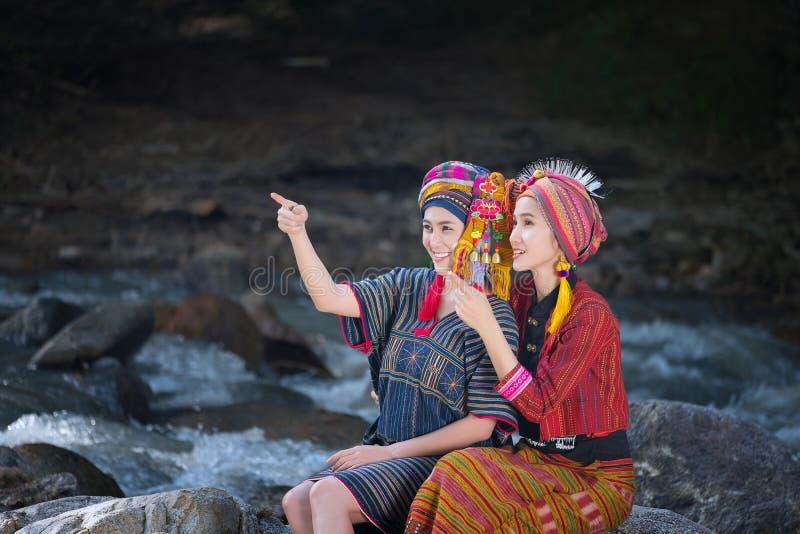 La belle femme asiatique avec la robe traditionnelle de Karen les explorent en FO photos stock