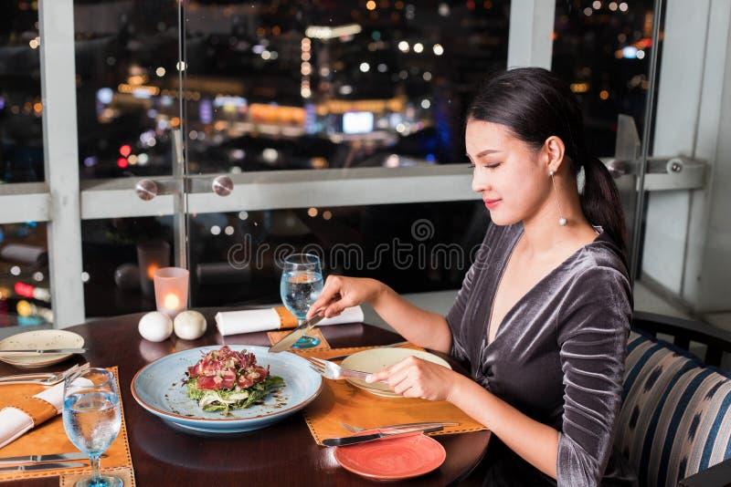 La belle femme asiatique dînent dans le magasin de luxe photo libre de droits