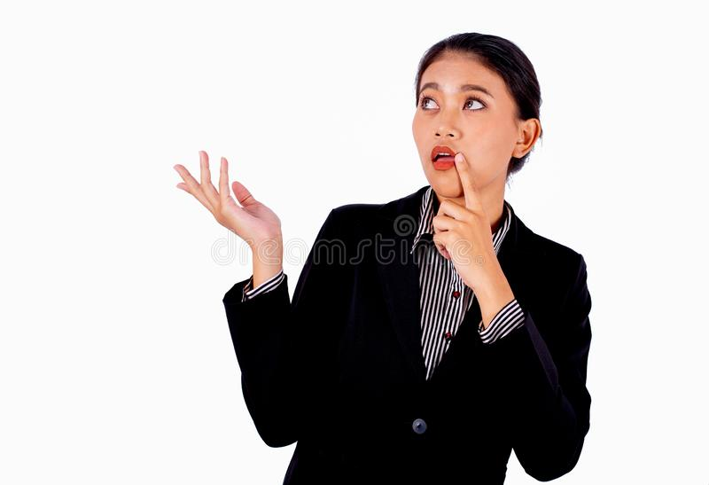 La belle femme asiatique d'affaires agit par pose gesticulée sur le fond blanc et regarde également à son émotion curieuse d'expo photo stock