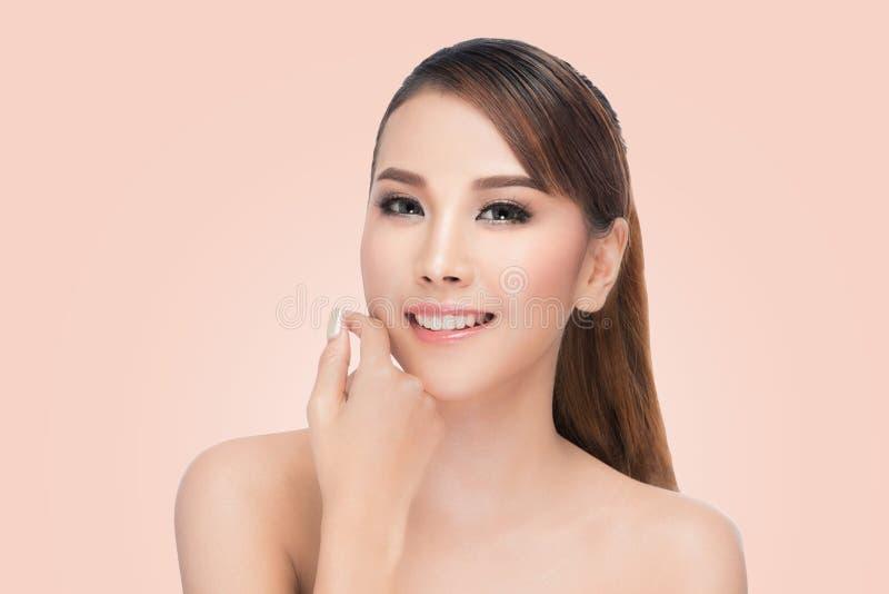 La belle femme asiatique entretient station thermale de visage de peau la belle image stock