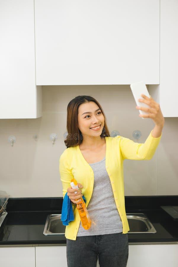La belle femme asiatique fait le selfie utilisant un smartphone et un SMI photographie stock