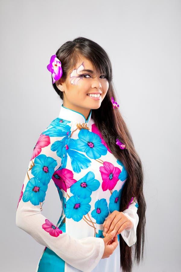 La belle femme asiatique porte une robe nationale photos libres de droits