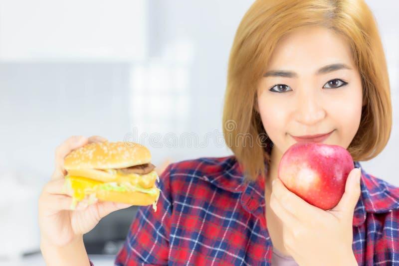 La belle femme attirante mangent la pomme pour suivre un régime Beaut de charme image stock
