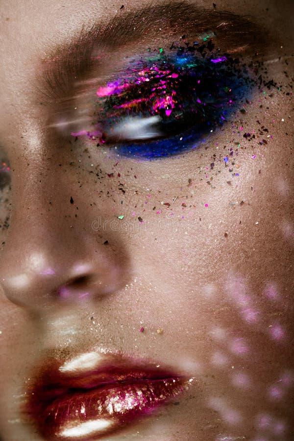 La belle femme avec coloré futuriste composent photos libres de droits