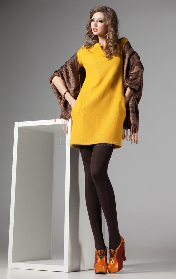 La belle femme avec de longues jambes sexy a habillé elegan photographie stock