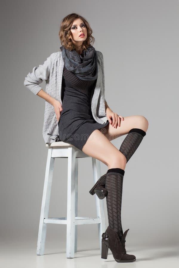 La belle femme avec de longues jambes sexy a habillé la pose occasionnelle photographie stock libre de droits