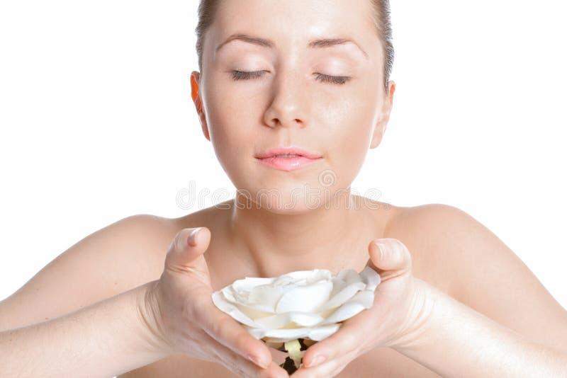 La belle femme avec la peau claire inhale le parfum des roses photo stock