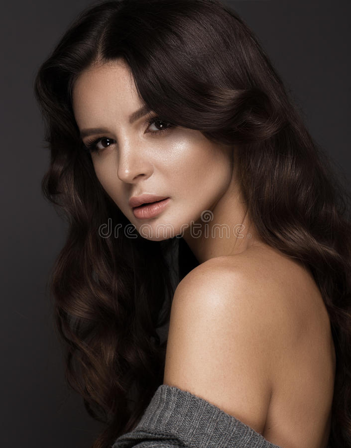 La belle femme avec la peau et les cheveux sains se courbe, posant dans le studio Visage de beauté images stock
