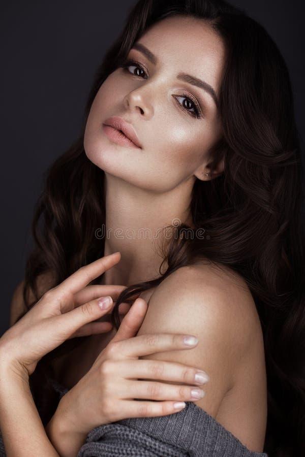 La belle femme avec la peau et les cheveux sains se courbe, posant dans le studio Visage de beauté images libres de droits