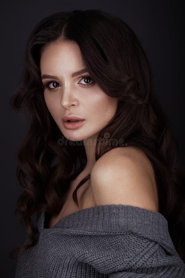 La belle femme avec la peau et les cheveux sains se courbe, posant dans le studio Visage de beauté image stock