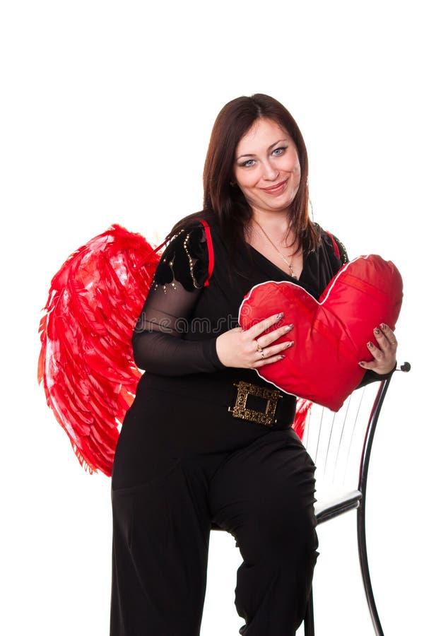 La belle femme avec le coeur rouge dans l ange rouge s envole