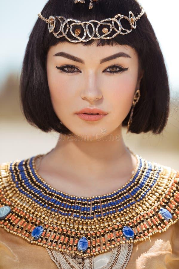 Download La Belle Femme Avec Le Maquillage De Mode Et La Coiffure Aiment La Reine  égyptienne