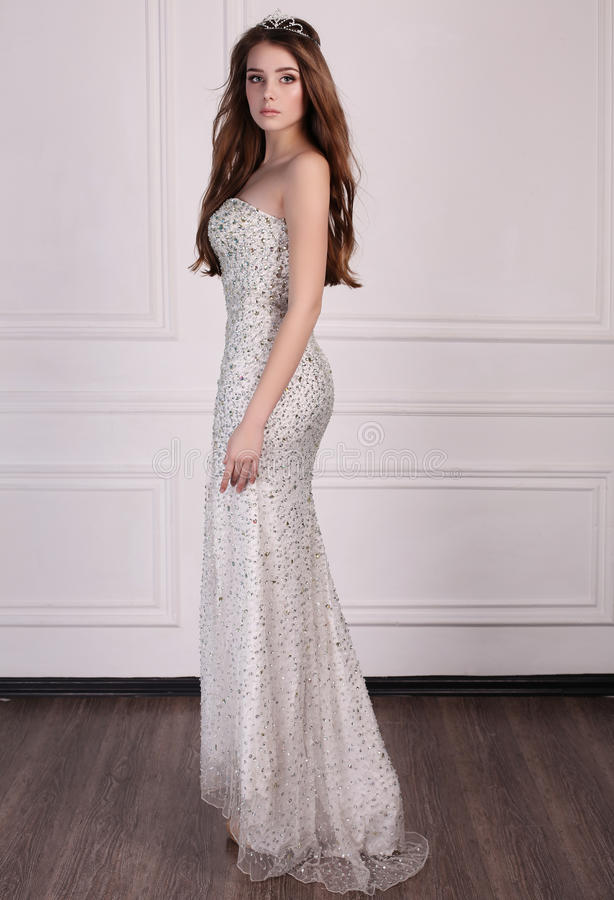 La belle femme avec les cheveux foncés utilise la robe élégante et la couronne précieuse images libres de droits