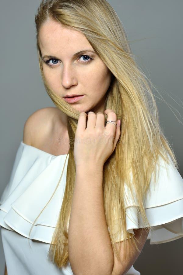 La belle femme blonde avec de longs cheveux de soufflement avec naturel font photo stock