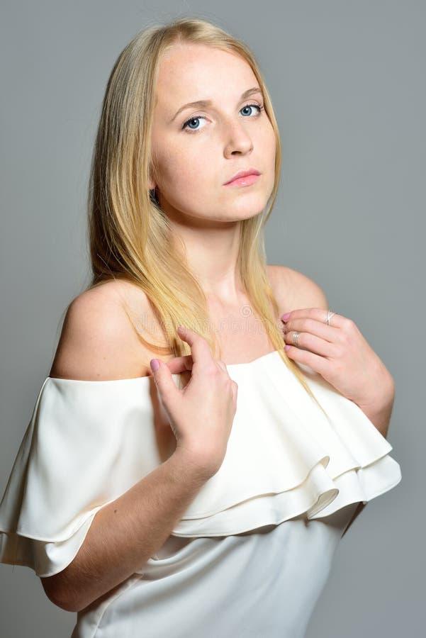 La belle femme blonde avec de longs cheveux de soufflement avec naturel font image libre de droits