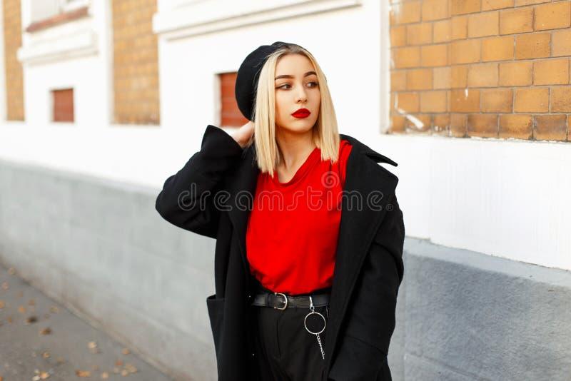 La belle femme blonde avec un béret en automne à la mode vêtx images libres de droits