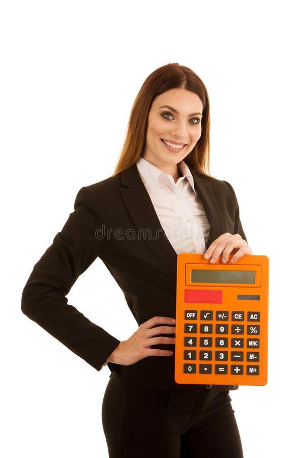 La belle femme d'affaires juge une grande calculatrice d'isolement plus de image stock