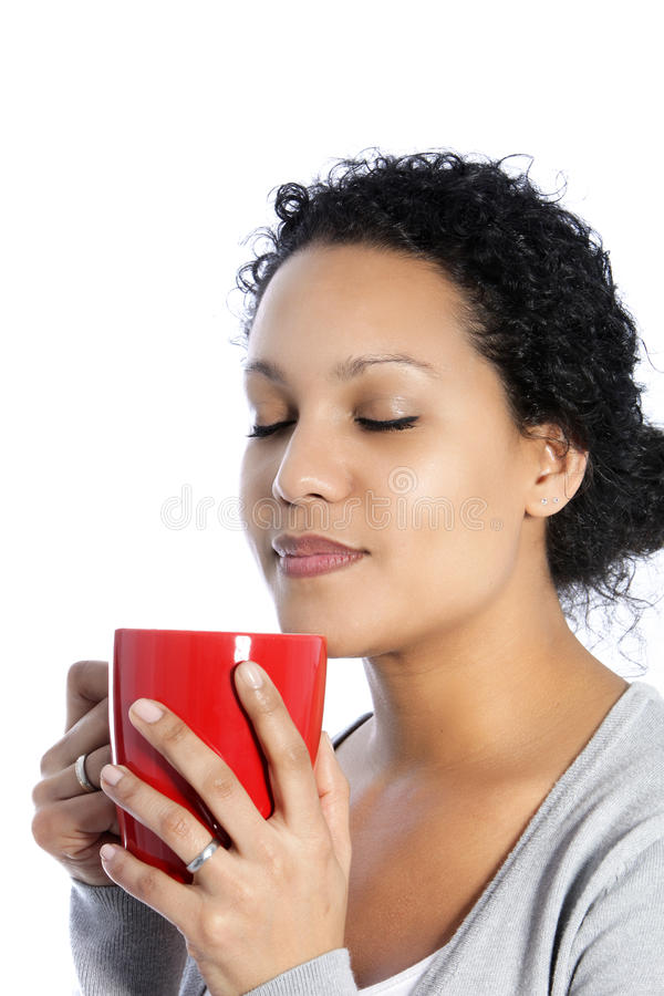 Femme appréciant une tasse de café image libre de droits