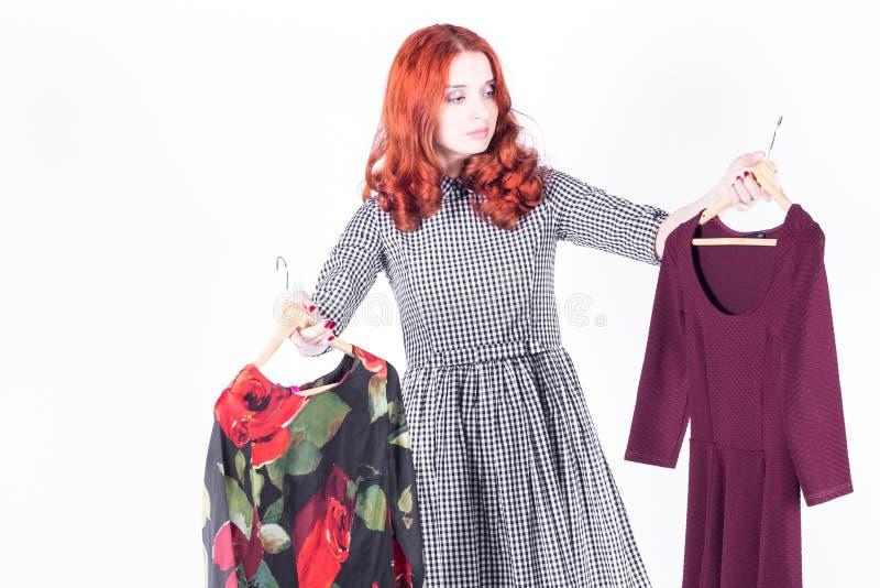 La belle femme dans la méditation et ne connaît pas quelle robe à choisir photographie stock libre de droits