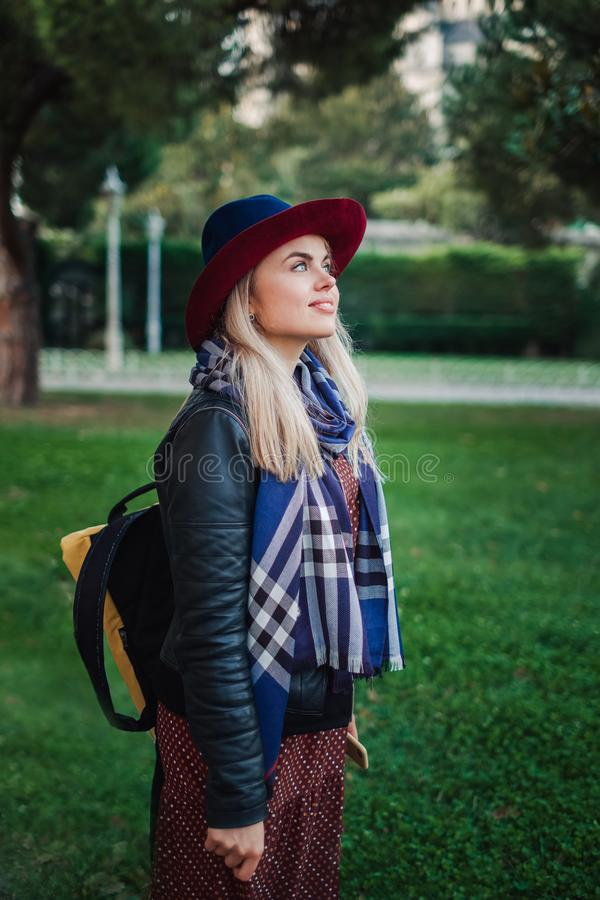 La belle femme de cheveux blonds apprécient le ressort en parc vert photos libres de droits